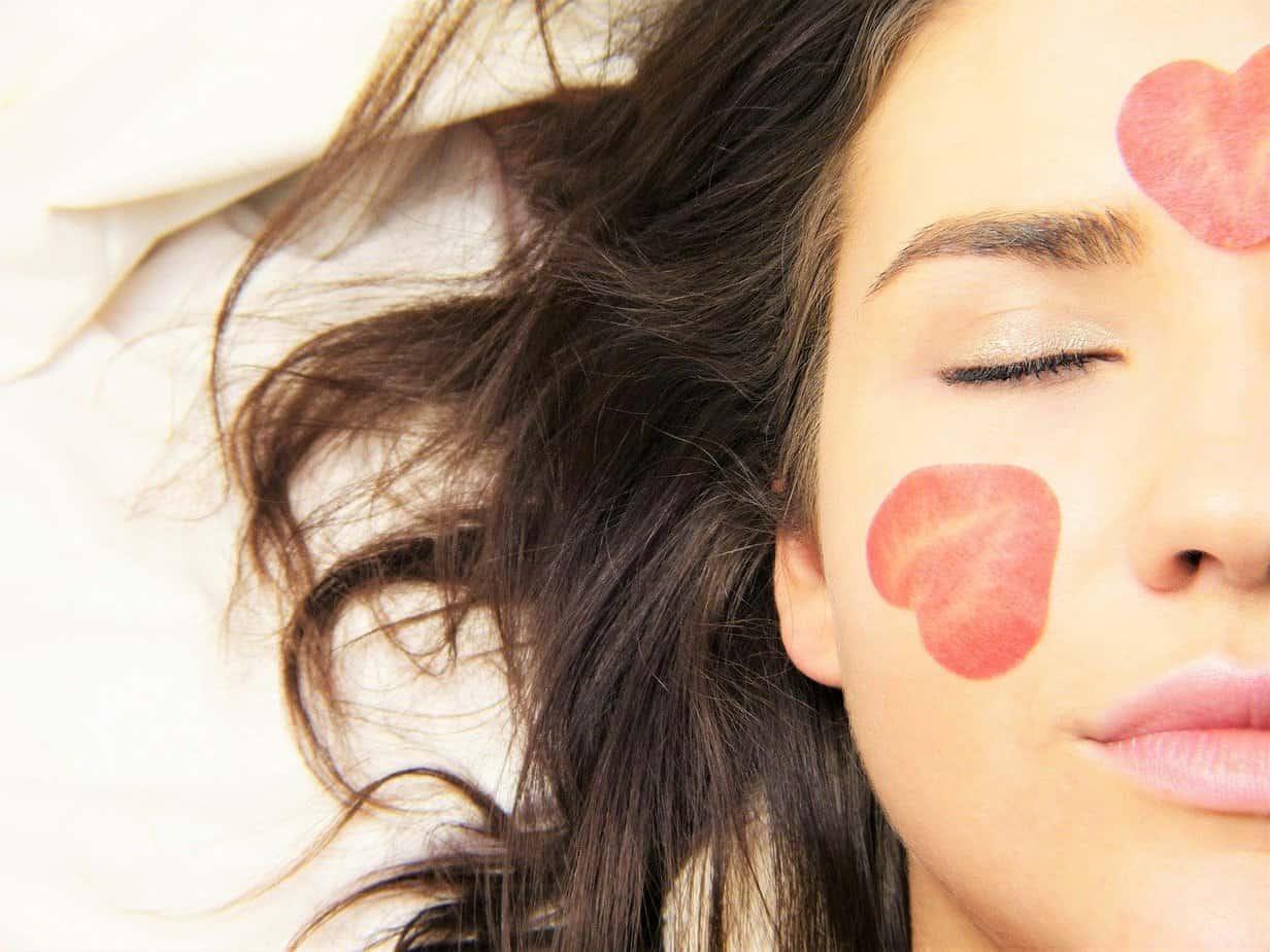 8יתרונות לסרום טבעי לעור הפנים כחלק משגרת הטיפוח