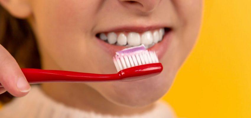 בחורה מצחצחת שיניים להנאתה - אילוסטרציה