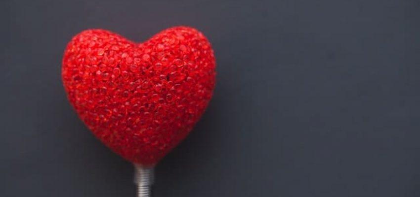 לב אדום על מקל
